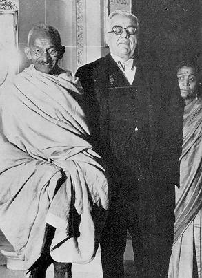 Aga Khan III con el cerdo de Gandhi