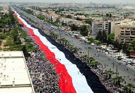 Sirios-llevan-bandera-Damasco