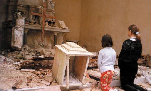 cristianos-rezando-en-iglesia-destruida