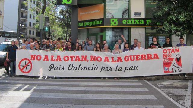 plataforma-OTAN-despliega-pancarta-Valencia_EDIIMA20151014_0759_19